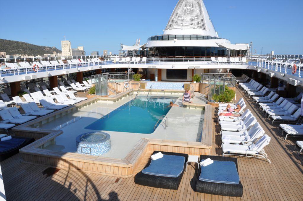 Открытые палубы и бассейн