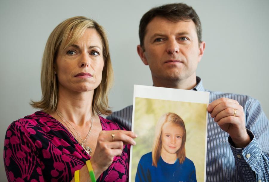 Родители Мадлен Маккейн с фотографией дочери