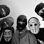 В Швеции молодые люди в масках подожгли десятки автомобилей