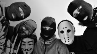 Люди в масках