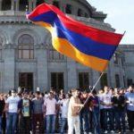 В Армении проходят митинги, люди заблокировали здания судов