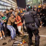 Коктейли Молотова, битое стекло и давка фургонами: в Каталонии накаляется ситуация