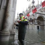 Венеция готовится к новому наводнению (ФОТО)