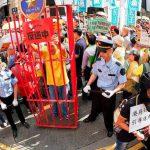 В Гонконге протестующий откусил часть уха политику