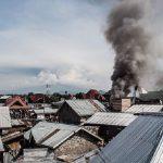 В Конго самолет с пассажирами врезался в дома. Есть погибшие