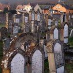 Еврейские могилы во Франции обезобразили нацистскими свастиками