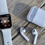 Apple посоветовала не примерять AirPods и Apple Watch