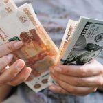 Рубль рекордно обвалился к доллару