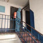 В Лимане спасатели осуществляют дезинфекцию многоквартирных жилых домов: фото