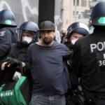 В Берлине люди вышли на протест против карантина. Полиция задержала 100 человек