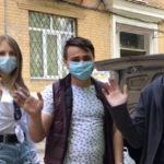 Молодежь Бахмута развозит продукты пожилым людям во время эпидемии: видео