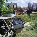 Спасатели достали из легковушки двух пострадавших в ДТП