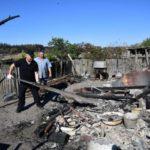 В Смоляниново на Луганщине полицейские помогают жителям расчищать пожарища: фото
