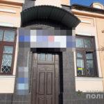 В Волчанске девушки сорвали с отделения банка государственный флаг