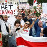 В Беларуси началась всеобщая забастовка: предприятия закрываются, люди выходят на марш