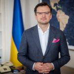 Украина решительно осуждает насилие против мирных протестующих в России — Кулеба